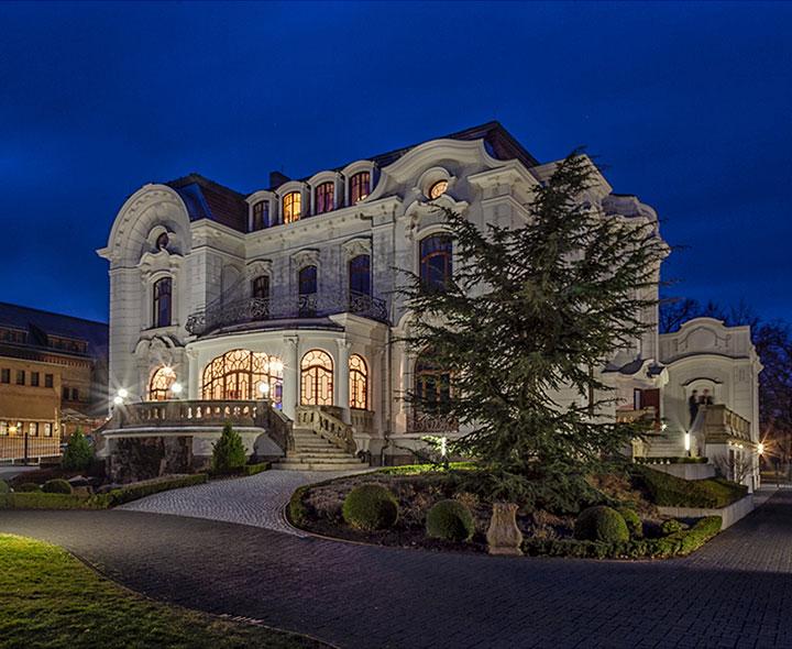 Weiße Villa Nachtaufnahme